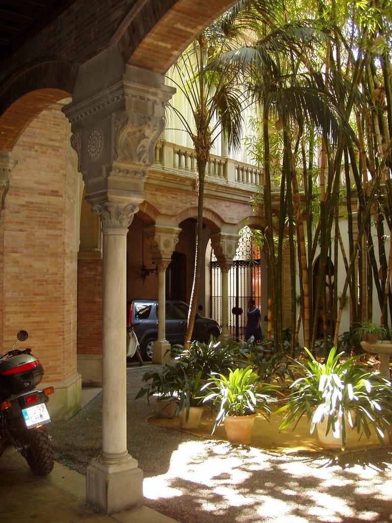 El palacio del marqu s de la motilla medievo en pleno for Calle jardin de la reina granada