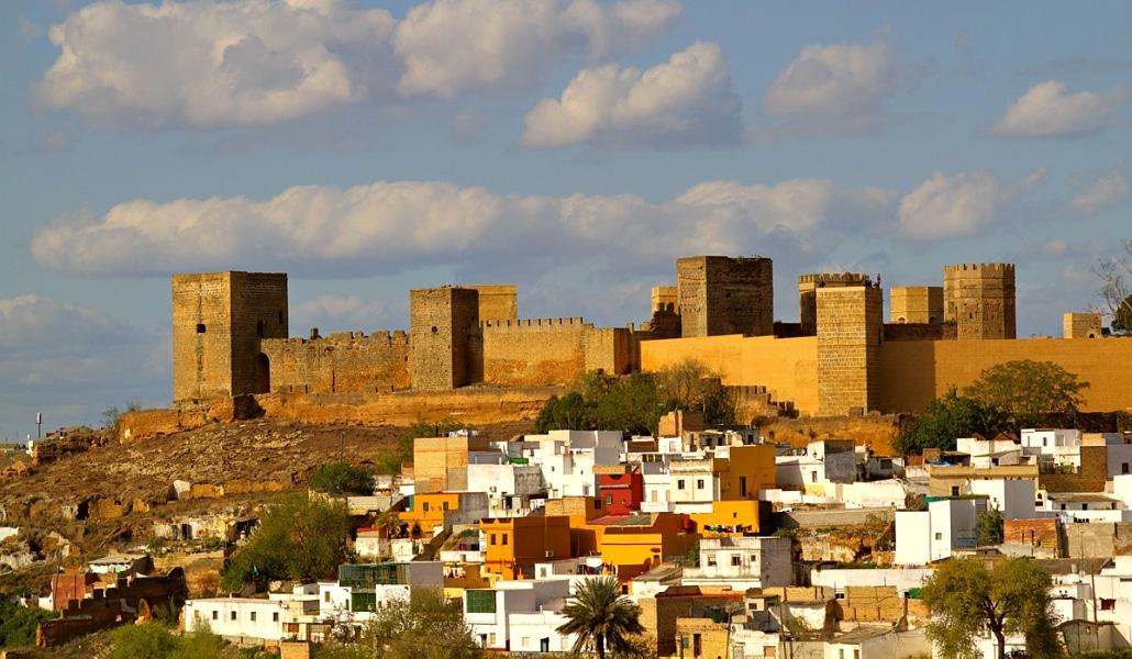 Castillo_de_Alcalá_de_Guadaíra._Vista_desde_el_barrio_del_arrabal_o_barrio_del_castillo