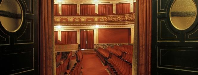 Se abre el tel n y descubrimos 10 teatros de sevilla for Sala fundicion programacion